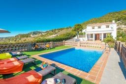Вид на виллу/дом снаружи. Испания, Фрихильяна : Комфортабельная вилла в традиционном испанском стиле с 3 спальнями, 2 ванными комнатами, частным бассейном и видом на море