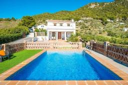 Бассейн. Испания, Фрихильяна : Комфортабельная вилла в традиционном испанском стиле с 3 спальнями, 2 ванными комнатами, частным бассейном и видом на море