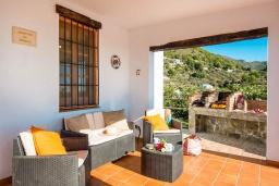 Терраса. Испания, Фрихильяна : Комфортабельная вилла в традиционном испанском стиле с 3 спальнями, 2 ванными комнатами, частным бассейном и видом на море