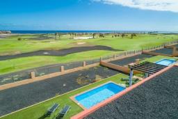 Вид на море. Испания, Фуэртевентура : Яркая просторная вилла со всеми удобствами, с видом на море и поле для гольфа, с 3 спальнями, 3 ванными комнатами, а также отдельным бассейном с подогревом