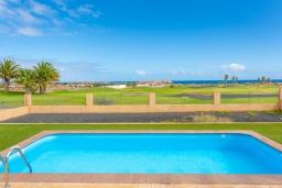 Бассейн. Испания, Фуэртевентура : Яркая просторная вилла со всеми удобствами, с видом на море и поле для гольфа, с 3 спальнями, 3 ванными комнатами, а также отдельным бассейном с подогревом