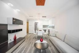 Гостиная / Столовая. Испания, Гранада : Уютная современная квартира в Гранаде недалеко от научного парка и кафедрального собора с одной спальней, ванной комнатой и бассейном, Wi-Fi.