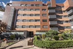 Фасад дома. Испания, Гранада : Уютная современная квартира в Гранаде недалеко от научного парка и кафедрального собора с одной спальней, ванной комнатой и бассейном, Wi-Fi.