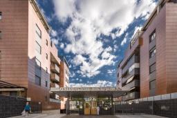 Вид на виллу/дом снаружи. Испания, Гранада : Уютная современная квартира в Гранаде недалеко от научного парка и кафедрального собора с одной спальней, ванной комнатой и бассейном, Wi-Fi.