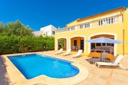 Вид на виллу/дом снаружи. Испания, Са Рапита : Яркая обворожительная вилла рядом с морем, с 4 спальнями, 3 ванными комнатами и частным бассейном.