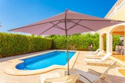 Бассейн. Испания, Са Рапита : Яркая обворожительная вилла рядом с морем, с 4 спальнями, 3 ванными комнатами и частным бассейном.
