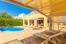 Зона отдыха у бассейна. Испания, Са Рапита : Яркая обворожительная вилла рядом с морем, с 4 спальнями, 3 ванными комнатами и частным бассейном.