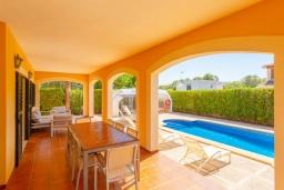 Терраса. Испания, Са Рапита : Яркая обворожительная вилла рядом с морем, с 4 спальнями, 3 ванными комнатами и частным бассейном.