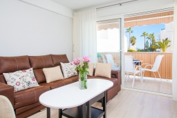 Гостиная / Столовая. Испания, Нерха : Шикарные апартаменты с тремя спальнями и террасой в самом центре города Нерха, в нескольких минутах ходьбы от пляжей Эль-салон и Калетилья, 3 спальни, 1 ванная, Wi-Fi