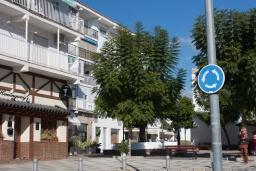 Вид на виллу/дом снаружи. Испания, Нерха : Шикарные апартаменты с тремя спальнями и террасой в самом центре города Нерха, в нескольких минутах ходьбы от пляжей Эль-салон и Калетилья, 3 спальни, 1 ванная, Wi-Fi