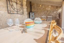 Обеденная зона. Испания, Каймари : Уютная романтичная вилла со стильным интерьером, с 3 спальнями, 2 ванными комнатами и собственным бассейном.