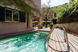 Бассейн. Испания, Кала-де-Сант-Висент : Нежная вилла увитая плющом снаружи и стильно обставлена внутри, красивый сад вокруг, небольшой частный бассейн, 3 спальни и 3 ванные комнаты.