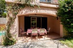 Терраса. Испания, Кала-де-Сант-Висент : Нежная вилла увитая плющом снаружи и стильно обставлена внутри, красивый сад вокруг, небольшой частный бассейн, 3 спальни и 3 ванные комнаты.