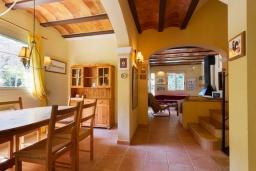 Гостиная / Столовая. Испания, Кала-де-Сант-Висент : Нежная вилла увитая плющом снаружи и стильно обставлена внутри, красивый сад вокруг, небольшой частный бассейн, 3 спальни и 3 ванные комнаты.