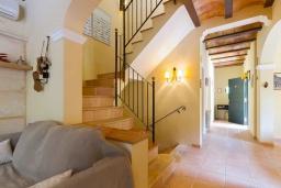 Лестница наверх. Испания, Кала-де-Сант-Висент : Нежная вилла увитая плющом снаружи и стильно обставлена внутри, красивый сад вокруг, небольшой частный бассейн, 3 спальни и 3 ванные комнаты.