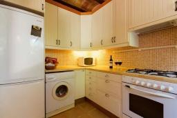 Кухня. Испания, Кала-де-Сант-Висент : Нежная вилла увитая плющом снаружи и стильно обставлена внутри, красивый сад вокруг, небольшой частный бассейн, 3 спальни и 3 ванные комнаты.