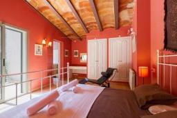 Спальня. Испания, Кала-де-Сант-Висент : Нежная вилла увитая плющом снаружи и стильно обставлена внутри, красивый сад вокруг, небольшой частный бассейн, 3 спальни и 3 ванные комнаты.