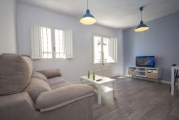 Гостиная / Столовая. Испания, Нерха : Стильные апартаменты в городе Нерха неподалеку от пляжа Балкон-де-Европа, природного заповедника Маро-Серро-Гордо, аквапарка Aquavelix и полей для гольфа Baviera Golf и Los Moriscos Golf, 2 спальни, 1 ванная комната, бесплатный Wi-Fi