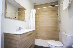 Ванная комната. Испания, Нерха : Стильные апартаменты в городе Нерха неподалеку от пляжа Балкон-де-Европа, природного заповедника Маро-Серро-Гордо, аквапарка Aquavelix и полей для гольфа Baviera Golf и Los Moriscos Golf, 2 спальни, 1 ванная комната, бесплатный Wi-Fi