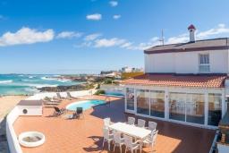 Вид на виллу/дом снаружи. Испания, Фуэртевентура : Потрясающая вилла на берегу моря, идеальное место для отдыха и расслабления, вилла с 3 спальнями, 2 ванными комнатами, а также отдельным бассейном с подогревом.