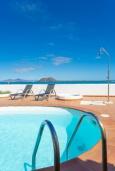 Бассейн. Испания, Фуэртевентура : Потрясающая вилла на берегу моря, идеальное место для отдыха и расслабления, вилла с 3 спальнями, 2 ванными комнатами, а также отдельным бассейном с подогревом.