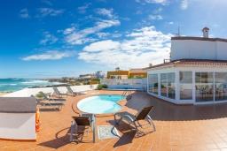 Зона отдыха у бассейна. Испания, Фуэртевентура : Потрясающая вилла на берегу моря, идеальное место для отдыха и расслабления, вилла с 3 спальнями, 2 ванными комнатами, а также отдельным бассейном с подогревом.