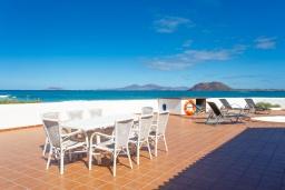 Терраса. Испания, Фуэртевентура : Потрясающая вилла на берегу моря, идеальное место для отдыха и расслабления, вилла с 3 спальнями, 2 ванными комнатами, а также отдельным бассейном с подогревом.