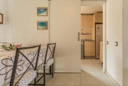 Обеденная зона. Испания, Фуэртевентура : Двухэтажная вилла с частным бассейном, частично крытым внутренним двориком с садовой мебелью, кухонными принадлежностями на открытом воздухе и стеклянной балюстрадой с видом на пляж.