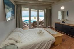 Спальня. Испания, Фуэртевентура : Двухэтажная вилла с частным бассейном, частично крытым внутренним двориком с садовой мебелью, кухонными принадлежностями на открытом воздухе и стеклянной балюстрадой с видом на пляж.