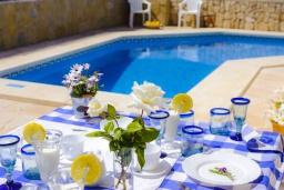 Бассейн. Испания, Кала-д'Ор : Двухэтажная вилла расположенная рядом с набережной в Кала Д'Ор, с 4 спальнями, 4 ванными комнатами и частным бассейном.