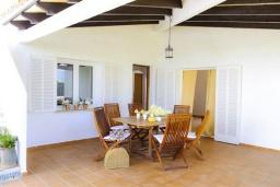 Терраса. Испания, Кала-д'Ор : Двухэтажная вилла расположенная рядом с набережной в Кала Д'Ор, с 4 спальнями, 4 ванными комнатами и частным бассейном.