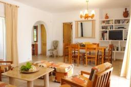 Гостиная / Столовая. Испания, Кала-д'Ор : Двухэтажная вилла расположенная рядом с набережной в Кала Д'Ор, с 4 спальнями, 4 ванными комнатами и частным бассейном.