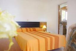 Спальня. Испания, Кала-д'Ор : Двухэтажная вилла расположенная рядом с набережной в Кала Д'Ор, с 4 спальнями, 4 ванными комнатами и частным бассейном.