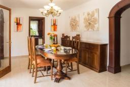 Обеденная зона. Испания, Кала-д'Ор : Замечательная вилла для отдыха, включает в себя 3 спальни, 3 ванные комнаты, частный бассейн, кондиционеры, бесплатный Wi-Fi
