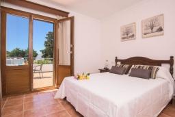 Спальня. Испания, Кала-д'Ор : Замечательная вилла для отдыха, включает в себя 3 спальни, 3 ванные комнаты, частный бассейн, кондиционеры, бесплатный Wi-Fi