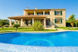 Вид на виллу/дом снаружи. Испания, Алькудия : Большая просторная вилла со всеми удобствами, с 5 спальнями, 3 ванными комнатами и собственным бассейном.