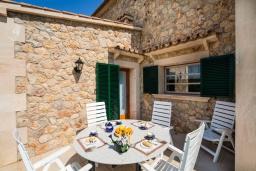 Терраса. Испания, Алькудия : Большая просторная вилла со всеми удобствами, с 5 спальнями, 3 ванными комнатами и собственным бассейном.
