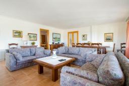 Гостиная / Столовая. Испания, Алькудия : Большая просторная вилла со всеми удобствами, с 5 спальнями, 3 ванными комнатами и собственным бассейном.