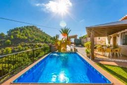Бассейн. Испания, Кантарриджан : Симпатичная вилла в традиционном испанском стиле, с камином и барной стойкой,  3 спальнями, 2 ванными комнатами и собственным бассейном.
