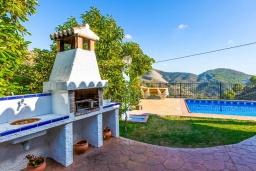 Зона барбекю / Мангал. Испания, Кантарриджан : Симпатичная вилла в традиционном испанском стиле, с камином и барной стойкой,  3 спальнями, 2 ванными комнатами и собственным бассейном.