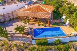 Вид на виллу/дом снаружи. Испания, Кантарриджан : Симпатичная вилла в традиционном испанском стиле, с камином и барной стойкой,  3 спальнями, 2 ванными комнатами и собственным бассейном.