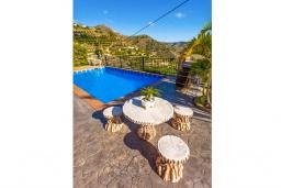Зона отдыха у бассейна. Испания, Кантарриджан : Симпатичная вилла в традиционном испанском стиле, с камином и барной стойкой,  3 спальнями, 2 ванными комнатами и собственным бассейном.