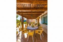 Терраса. Испания, Кантарриджан : Симпатичная вилла в традиционном испанском стиле, с камином и барной стойкой,  3 спальнями, 2 ванными комнатами и собственным бассейном.
