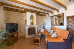 Гостиная / Столовая. Испания, Кантарриджан : Симпатичная вилла в традиционном испанском стиле, с камином и барной стойкой,  3 спальнями, 2 ванными комнатами и собственным бассейном.