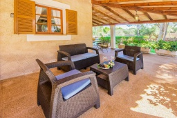 Терраса. Испания, Кала Санау : Одноэтажная вилла обставленная в традиционном стиле, с красивым садом, с 3 спальнями, 2 ванными комнатами и частным бассейном.