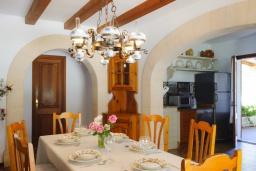 Гостиная / Столовая. Испания, Кала Санау : Одноэтажная вилла обставленная в традиционном стиле, с красивым садом, с 3 спальнями, 2 ванными комнатами и частным бассейном.