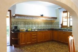 Кухня. Испания, Кала Санау : Одноэтажная вилла обставленная в традиционном стиле, с красивым садом, с 3 спальнями, 2 ванными комнатами и частным бассейном.