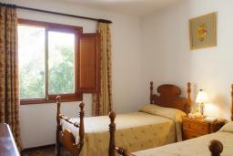 Спальня. Испания, Кала Санау : Одноэтажная вилла обставленная в традиционном стиле, с красивым садом, с 3 спальнями, 2 ванными комнатами и частным бассейном.