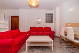 Гостиная / Столовая. Испания, Нерха : Стильная квартира с новой мебелью в городе Нерха неподалеку от пляжа Балкон-де-Европа, природного заповедника Маро-Серро-Гордо, аквапарка Aquavelix и полей для гольфа Baviera Golf и Los Moriscos Golf, 1 спальня, 1 ванная комната, бесплатный Wi-Fi.