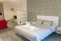 Спальня. Испания, Нерха : Стильная квартира с новой мебелью в городе Нерха неподалеку от пляжа Балкон-де-Европа, природного заповедника Маро-Серро-Гордо, аквапарка Aquavelix и полей для гольфа Baviera Golf и Los Moriscos Golf, 1 спальня, 1 ванная комната, бесплатный Wi-Fi.